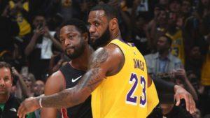 Dwyane Wade e LeBron James in occasione del loro ultimo incontro, di scena allo Staples Center di Los Angeles