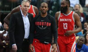 Il coach dei Rockets Mike D'Antoni con (da sinistra) Clint Capela, Chris Paul e James Harden